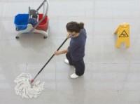 Fizyczna praca Niemcy w Erfurcie przy sprzątaniu podłóg i zmywaniu powierzchni szklanych